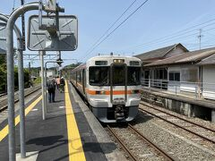 豊橋から80分。 乗車した列車の終点の本長篠で途中下車。 この先はおよそ2時間に1本程度しか普通列車がないため、20分後に来る特急に乗り継ぎます。