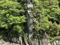 龍角峯という岩。 天竜川の深渕に住む龍がある時天に昇った時、その崖に突然できた「龍の化身化身」と伝えられています。