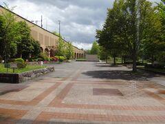 以前にもご紹介しましたが旭ヶ丘駅は、大きな自然公園である「台原森林公園」に隣接した駅なので駅前はこの通り、公園になっている。