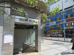 急行とは言っても横浜駅の次の新高島駅を通過した後は みなとみらい駅、馬車道駅、日本大通り駅、元町・中華街駅 と各駅に停車します。 横浜駅からわずか8分で終点 元町・中華街駅に到着。
