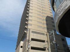 すぐにホテルニューグランドのタワー館が見えてきました。 本館は創業時(昭和2年:1927年)の建物をそのまま残したもの。 タワー館は1991年開業。