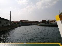 尾道駅前から渡船で向島へ渡ります。  自転車160円だった気がします。 15分間隔で出ています。