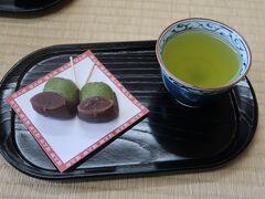 25<福太郎餅> 三嶋大社の参拝後に縁起餅「福太郎」をいただきました。「福太郎」は、写真のように草餅をL字形にこしあんで包んだお餅です。(お茶付き200円)1日たくさん歩いたので、甘いものはとてもうれしかった。