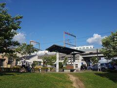 西鉄花畑駅周辺は、区画整理で生まれた整然とした街並み。駅に最も近い公園が、今畑公園です。  駅の方を見上げると、ちょうどレストラン列車「レールキッチンチクゴ」が走って行きました。あの列車も、苦境の最中だろうな…