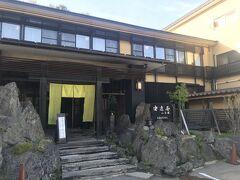 また山道を戻ってようやく今宵の宿の安達屋旅館さんへ。 40分くらいロスしたー。 http://www.adachiya.jp/  駐車場は既にほぼ満車。最後の1台だったような・・。 本日は満室で、みなさんチェックイン早い!