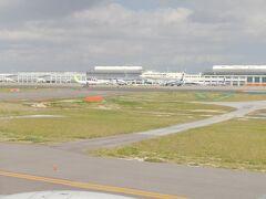 無事に那覇空港着陸~。那覇空港には15:40到着で、17:30発の東京行の飛行機に乗り継ぎます。