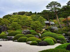 右上には人工の滝も この日本庭園、歴史的価値を超えて、 なんと18年連続日本一だとか ちなみに、二位は桂離宮だとか 「すごい!」のひと言