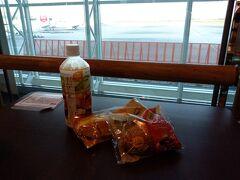 コンビニで買ったパンとお茶で モーニングタイム
