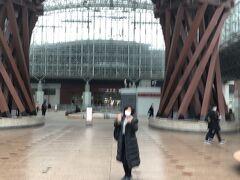 朝7時の新大阪発サンダーバードで9時36分金沢着。ツアー料金込みになっているサムライチケットを交換してもらい、やっと来ました!憧れの鼓門! 金沢はまず第一にこれが見たかった。 たくさん写真撮った後は、路線バスに乗り、11時に見学予約した妙立寺へ向かいます。