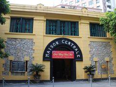 """13時10分、次は市街の中心部にある""""ハノイで最も恐ろしい""""観光スポット、ホアロー収容所(Hao Lo Prison)へ。  フランス植民地政府によって1896年に建設され、1954年のインドシナ戦争終結までは1651人のベトナム人革命家が、その後はベトナム戦争での米軍捕虜などが囚われてきたという、いわゆる""""負の遺産""""となっている施設です。"""