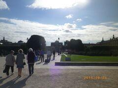 チュイルリー公園からルーブル美術館へ。中央には間にあるカルーゼル凱旋門と廻りのカルーゼル広場。
