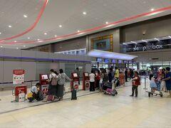夕方に無事バンコクのスワンナプーム空港に到着。国内便への乗り継ぎだったので、一度入国手続きを済ませてから再度荷物検査。空港は思っていた以上にきれいで、もうちょっと歩き回りたかったのですが、時間がなく残念。