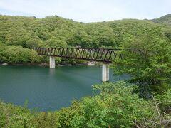 湯西川温泉駅前にある五十里湖と鉄橋。