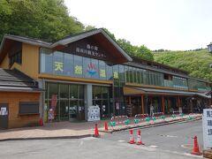 湯西川温泉駅のホームは地下にあります。
