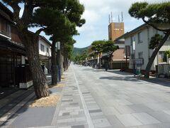 大鳥居(一の鳥居)をくぐって出雲大社へ参拝に向かいます。 神門通りの道路は、出雲大社の参拝道と同じ石畳舗装となっています。