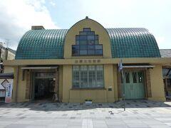 稲佐の浜を後してまず出雲大社の大鳥居へ向かいます。 出雲大社の第二の鳥居の前を通り過ぎて神門通りを通ります。 まずは、一畑電車の出雲大社前駅へ!