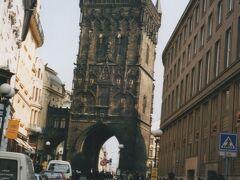 カレル橋。  橋のこちら側には、重厚なタワーが聳えています。