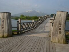 では早速鶴の舞橋探索へ。 日本で一番長い木造の橋で3連構造、全長300mです。
