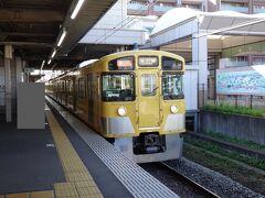 花小金井駅は1面2線の島式ホーム。 こちらは所沢方面へ行く下り電車。