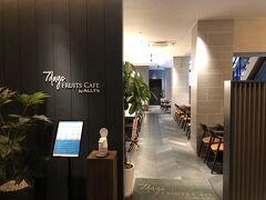 大阪・難波『GRIDS PREMIUM HOTEL OSAKA NAMBA』1F 【7days FRUITS CAFE by ALLY'S】  『グリッズプレミアムホテル大阪なんば』のレストラン 【7デイズ フルーツ カフェ バイ アリーズ】のエントランスの写真。  手指消毒をして店内に入ります。 空いているので席はどこでもよさそう。  旅行サイトにて沖縄エリアでの口コミランキングNo.1を獲得した カフェレストランの新業態が関西初出店。 季節の旬フルーツを各地の生産者から取り寄せ、その時期で 一番おいしい食べ方をご提案いたします。 フルーツいっぱいの元気になるメニューを朝食から 夜のバータイムまで、いつでも毎日お楽しみ頂ける オールデイダイニングカフェです。