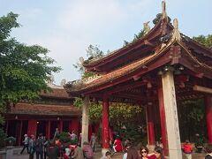 """門をくぐると""""鎮波亭""""と呼ばれるこんな四阿(あずまや)が。  外国人観光客も多くここでくつろいでいて、のんびりした光景ですね。"""