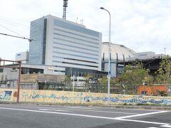 大阪・大正駅『京セラドーム大阪』が見えます。  その手前にオープンした複合施設に向かいます。