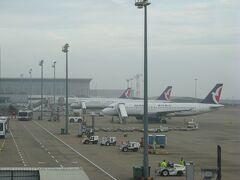 1月4日(月) 真夜中の1時10分、マカオ航空NX897便はマカオ国際空港に無事到着。  大多数を占める中国人乗客はわれ先にと到着ゲート目指して押し寄せていき、きちんと並んでいる欧米人の乗客たちが眉をひそめる異様な雰囲気に・・・。  そんなこんなでゲートの外に出たものの、成田へのフライトは早朝9時台のため、市内に出ずにそのまま空港内で仮眠して夜を過ごします。