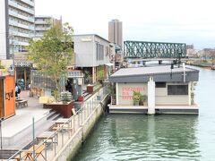 大阪・大正『TUGBOAT TAISHO』1F【PEZZERIA DA DOTS】  2020年1月18日にオープンした複合施設『タグボート大正』の イタリアン【ピッツェリア ダ ドッツ】の写真。  あちらの水上に浮かぶ船上レストランでランチをいただこう♪  ピッツェリア(ピザを専門に提供するイタリア料理店)を もっと多くの方に知ってほしい! その思いから「非日常を!」を コンセプトに、イタリア直輸入の薪窯を日本で初めて 船上レストランに設置致しました。 店内にはバーも併設し、 食事・空間の両方を楽しんで頂けるお店となっています。 店名の「Dots」は多くの人と、地域を結ぶお手伝いが出来ればとの 思いからきています。