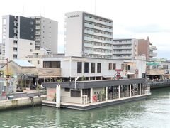 """大阪・大正『TUGBOAT TAISHO』  2020年1月18日にオープンした『タグボート大正』の写真。  大正区の最北端にある尻無川の水辺空間に、大正区のまちづくりを 引っ張っていくタグボート(引き船)の役割をもつ 複合施設「TUGBOAT TAISHO(タグボート大正)」が誕生! フードホール、台船レストラン、水上ホテル、ライブステージ、 ワークショップ、イベントスペース、スクール、SUP、川の駅を 設置した、""""つくるが交わる""""水辺のターミナルタウンが大阪の水辺に 新しい価値をうみだします。"""