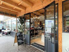 複合施設『タグボート大正』のベーカリーカフェ 【モンディアルカフェ328】のエントランスの写真。  こちらのカフェもいい感じ♪