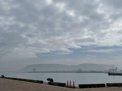 曇り空の屋島が見える高松港です。