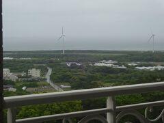 静岡カントリー浜岡コース&ホテルの自室からの朝の風景。  多少風があるのか風力発電機がゆっくり回っています。  夜に雨が降ったようですが上がりつつあるようです。