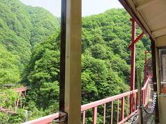トロッコ電車・・・日本一深いⅤ字渓谷を繕うように走るキュートなトロッコ電車に出会えるスポット  宇奈月から欅平まで、ガタンゴトンと峡谷沿いの絶景体感できる旅堪能できます