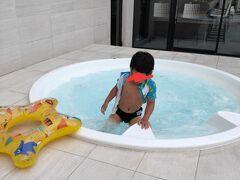アイスパークからホテルに戻り、プールへ!寒すぎて、、写真はジャグジー。子供は構わず泳ぐが、親は足しか入れず、体まで入るのに時間かかった、、、さむ、、、