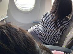 沖縄到着。結構ゆれた。飛行機でいつも耳がいたくなる上の子は、耳栓効果で今回はトラブルなく到着できた。  到着後はレンタカーを借りていたので、送迎場所へ。送迎車でスカイレンタカーへ向かう