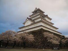 【鶴ヶ城のさくら】 風が雲を散らして青空も少し見えてきたけど、ちょっと遅い時間になっちゃったね