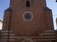 地面を掘り込んだ古い教会。 内部は純白で、コントラストにびっくり。 最初の建物は13世紀。その上に1561年に建築したもの。