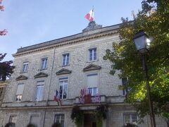 市役所 ホール中央の階段が、 いかにも貴族の館という感じでした。