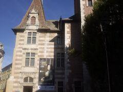 貴族の館4つを繋げた美術館。 何気に魅力的なコレクションです。 入口と頂上の尖塔部分は17世紀に建設されたHôtel d'Estard , 手前の四角い塔は16世紀に建設されたHôtel de Vaurs。