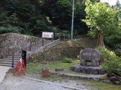 銀山温泉編①からの続きです。 https://4travel.jp/travelogue/11691505  藤屋に荷物を預けたら早速銀山温泉の散策へ。 銀山温泉には散策コースが用意されていて、春から秋にかけて銀山温泉の自然を楽しめる。 HPによると、20分の滝見コース、60分の銀鉱洞直行コース、90分のゆったり散策コースとあったので、時間もあるのでゆったり散策コースを選んでみた。  まずは銀山側突き当りの白銀公園からスタート。 公園といっても遊具とかがあるわけではなく、自然公園の意味。