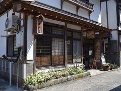 銀山温泉の有名なお豆腐屋がコチラの野川とうふや。  理髪店も営んでいらっしゃるのでしょうか…。 三色のサインポールも掲げてあった。