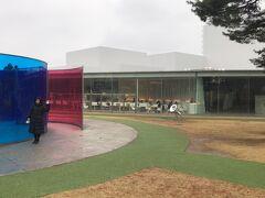 近江町市場の前からバスに乗り、少し歩きました。着いた!人気の金沢21世紀美術館。屋外だけでも楽しく遊べます。