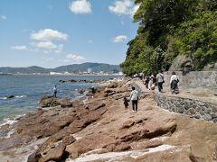 島の西側半分には遊歩道が設けられています。