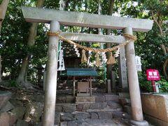 八百富神社の拝殿向かってすぐ左手にあります。 八百富神社を創建し、91歳まで生きたという平安時代の歌人藤原俊成が祀られており、長寿、勉学にご利益があります。あやかりたいものです。