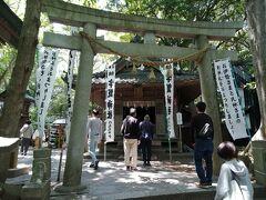 最初に現れるのは宇賀神社。 御祭神は穀物の神様である宇迦之御魂神(ウカノミタマノカミ)で、商売繁盛にご利益があります。
