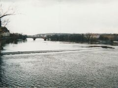 カレル橋から眺めたヴルタヴァ川。 日本ではスメタナの名曲を通し、「モルダウ川」の名称で知られる川ですが、「モルダウ」というのはドイツ語での表記とのこと。