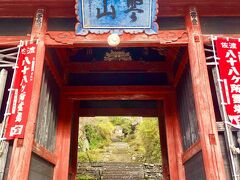 まずは長谷寺(ちょうこくじ)へ。 車で20分ほど山道を進んでいくと古いお寺が突然現れます。