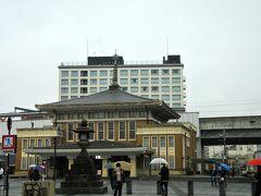 朝のJR奈良駅です。 宿泊ホテルが近くだったので寄ってみました。 古都らしく、駅舎の屋根には九輪と水煙が…