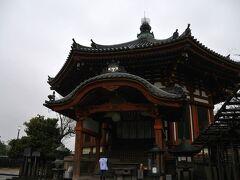 スターバックスを出て、再び興福寺へ 興福寺南円堂です。 晴れなら、もっと朱色が映えるのでしょう。 重厚な建物です。