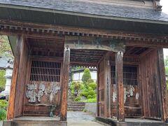 小川アルプスラインの道沿いにある「高山寺」  こちらのお寺のHPのキャッチフレーズがとても素敵なんです。 『北アルプスを見ていたら、そこに千二百年の祈りの歴史があった』 (*^▽^*) とても古く由緒あるお寺です。  仁王門の山号は「宝珠山」 柵の中には仁王像が安置されています。